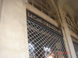 Le café Corrazza, un des plus vieux du Palais-Royal. Il date de 1767.