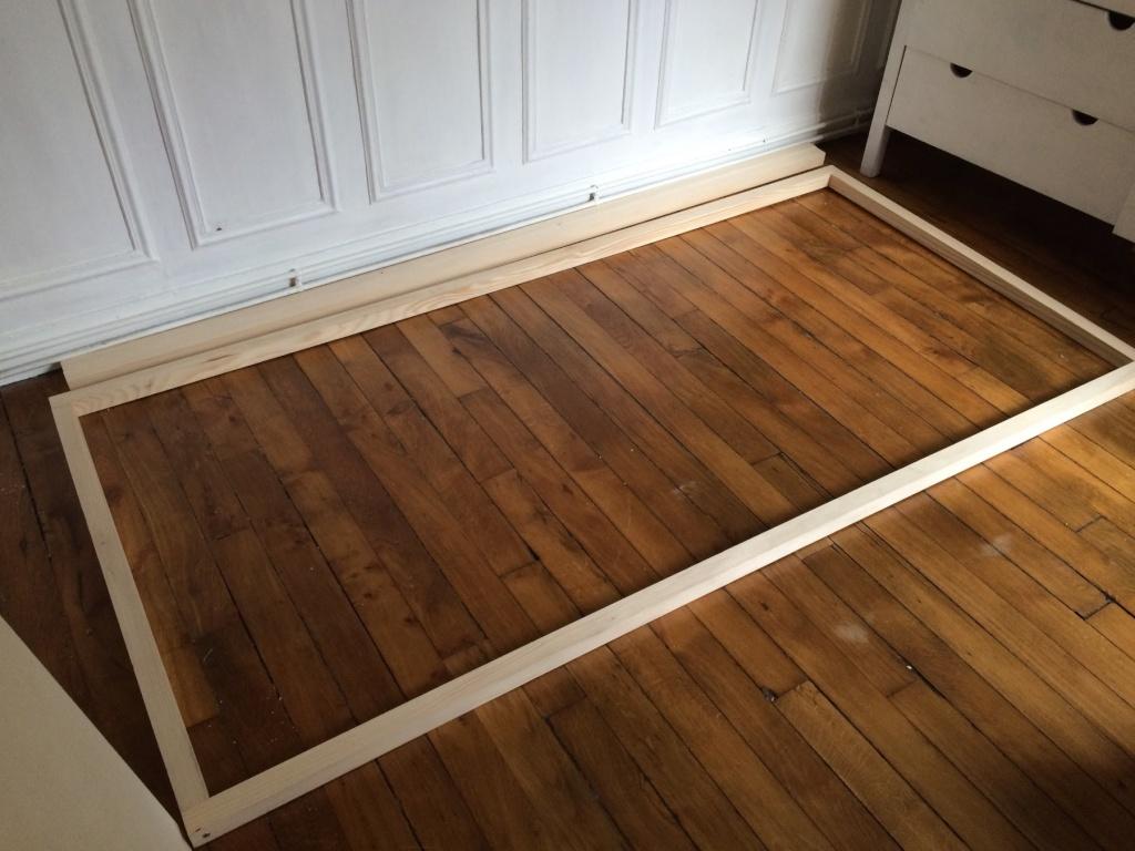 un lit sur estrade un bureau et une tag re. Black Bedroom Furniture Sets. Home Design Ideas