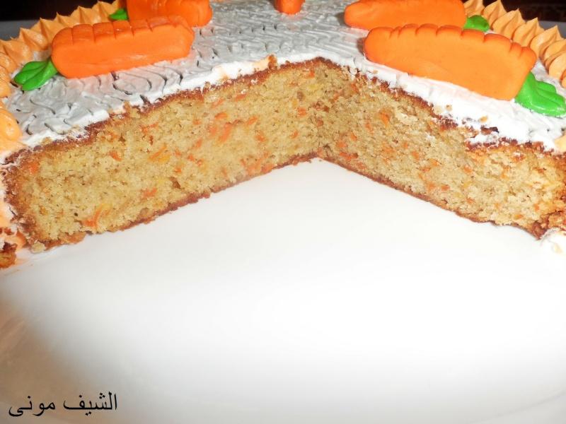 الخليط بمعلقة خشب ونحط خليط الكيكة فى صينية مقاس 24