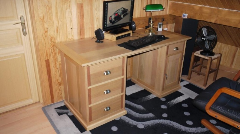 bureau bois fonc amazing table de bureau en bois debout contre bois fond mur dans le bureau. Black Bedroom Furniture Sets. Home Design Ideas