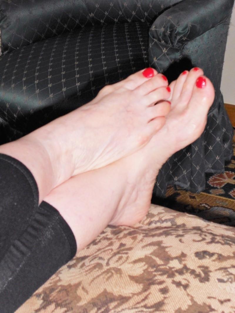Un ftichiste des pieds suce des orteils - fetichisme du pied